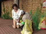 清掃員にゴミの分別が出来ているか確認された人妻が・・・
