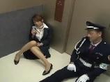 故障したエレベーターの中で警備員にちんぽこを見せ付けられた受付嬢