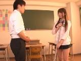 ミニスカの可愛い制服女子が放課後の教室で男子と着衣エッチ