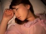 セクシーな透け透けネグリジェを着て寝る美人妻に夜這い