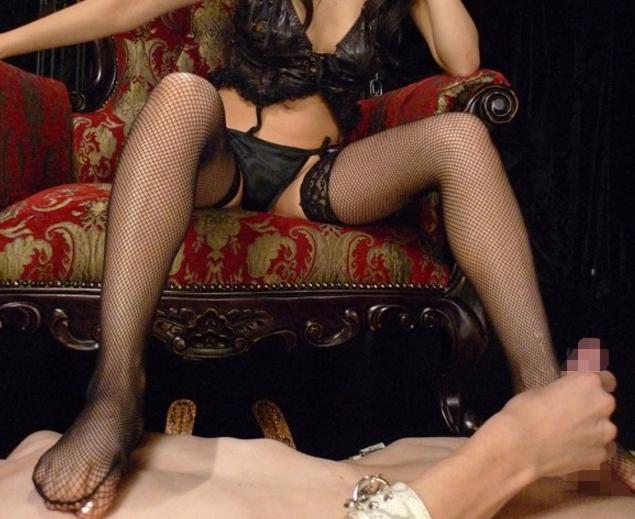 ガーターストッキングを穿いた女王様がM男に足コキ責めの脚フェチDVD画像1