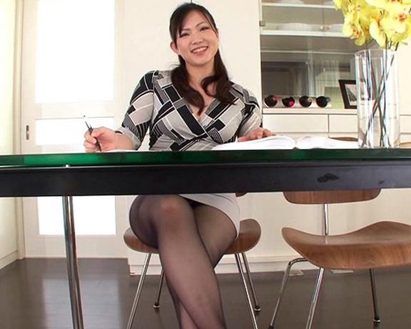 OLのタイトスカートから見えるパンチラ美脚を堪能するマニア動画の脚フェチDVD画像1
