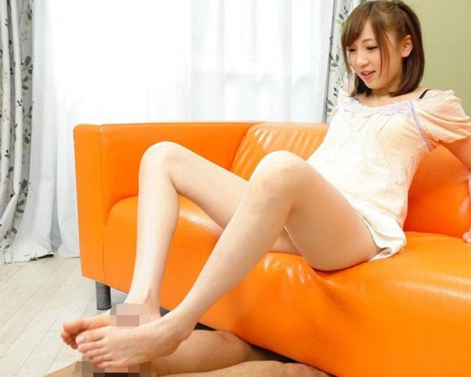 ロリータ美少女の水原めいが美しい爪先で足コキ責めの脚フェチDVD画像2