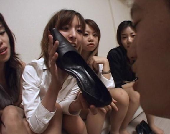 足の臭いパンプスOL達の足臭を嗅がされ足コキ責めされるの脚フェチDVD画像2
