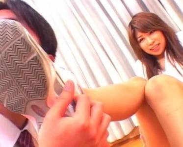 足臭マニア必見!ブルマ娘が蒸れて臭いスニーカーで靴コキ抜きの脚フェチDVD画像3