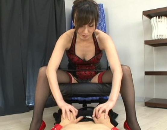 ボンテージ女王様のガーターストッキング美脚で足コキ責めの脚フェチDVD画像2