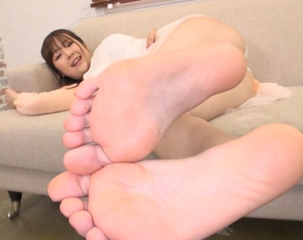 お姉さんの臭い足裏や足指を堪能する足フェチ動画の脚フェチDVD画像3