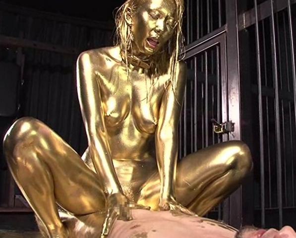 美女が身体中に金粉を塗りたくり光る生足美脚で足コキ責めの脚フェチDVD画像6
