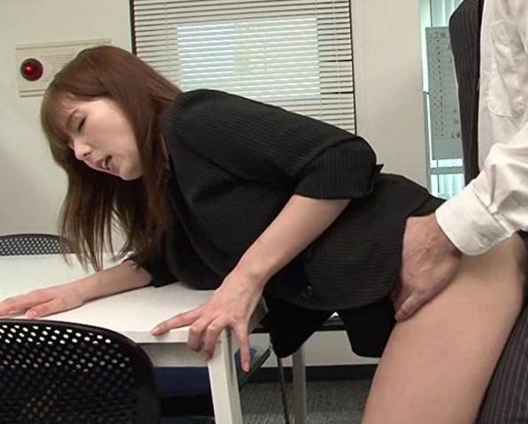 美女が身体中に金粉を塗りたくり光る生足美脚で足コキ責めの脚フェチDVD画像2