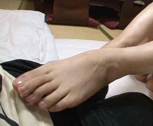 義母の熟女美脚で寸止め生足コキをされてカウパーが溢れるの脚フェチDVD画像2