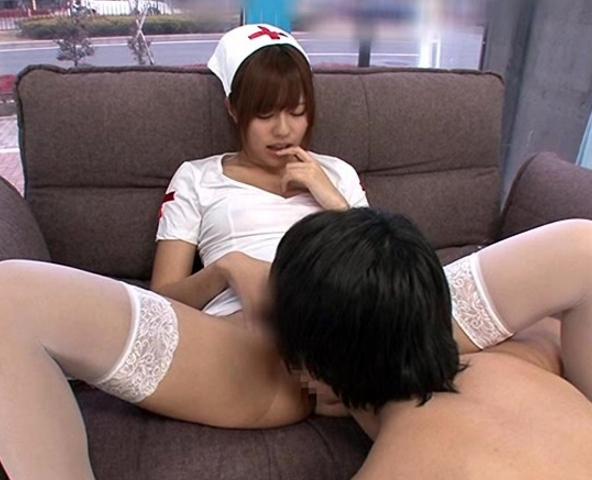 メイドコスが可愛過ぎる瑠川リナが素人男にニーハイソック足コキの脚フェチDVD画像1