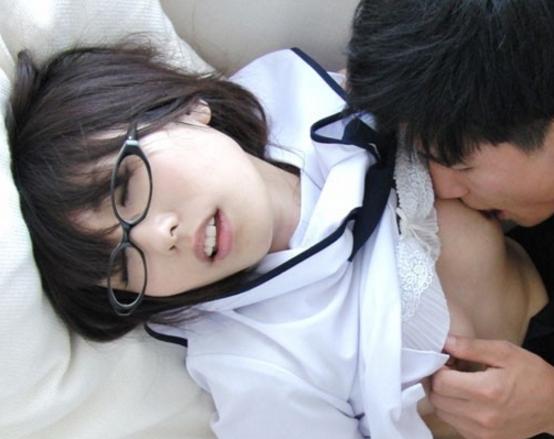 女子校生の有村千佳が制服に黒パンストを穿いて足コキ責めの脚フェチDVD画像1