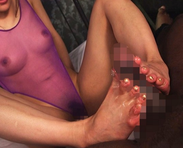 巨乳お姉さんが黒人棒を生足コキして中出しセックスの脚フェチDVD画像4