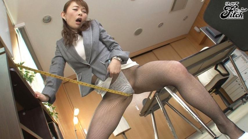 働く女の艶めかしい完全着衣ファック 小西悠の脚フェチDVD画像4