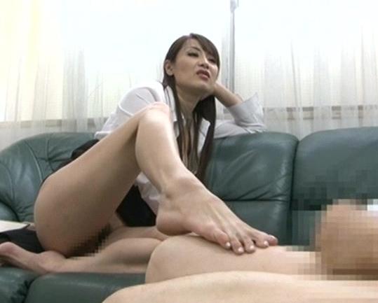 変態女社長に肛門を犯され生足コキで痴女られるM男の脚フェチDVD画像1