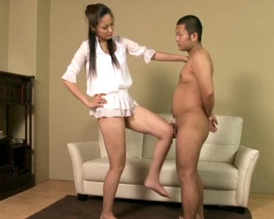 182cmの長身美女が大きな足裏でチビ男に足コキ責めの脚フェチDVD画像4