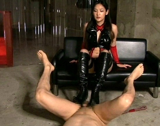 ペニバン女王様がM男のアナルを犯しロングブーツコキで責めるの脚フェチDVD画像6