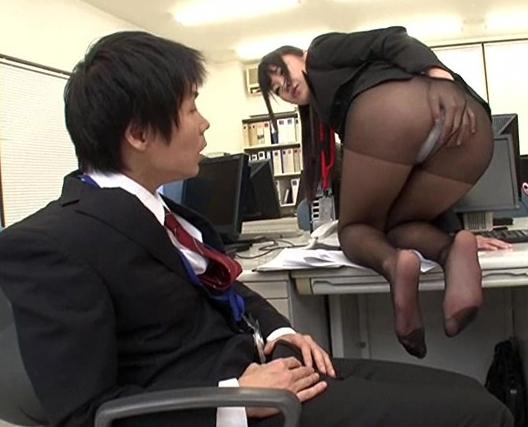 OLお姉さんの蒸れた黒パンストで足コキされ着衣SEXでイクの脚フェチDVD画像1