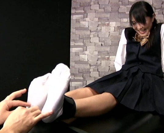拘束した女の子達の足裏を悶絶してもくすぐり続けるマニア動画の脚フェチDVD画像2