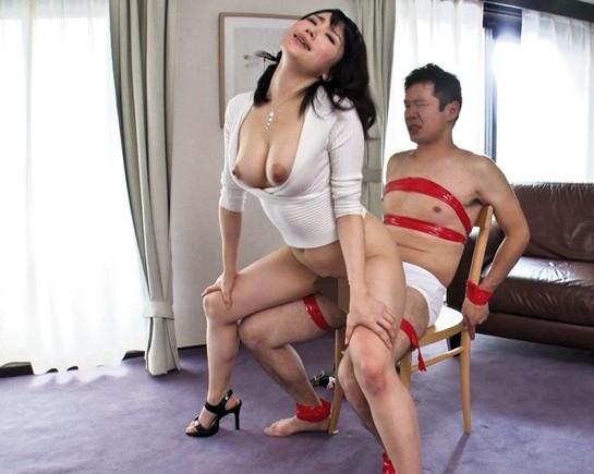 闇金女社長が取り立てに来て返済出来ない男を足コキ責めの脚フェチDVD画像6