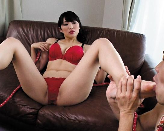 闇金女社長が取り立てに来て返済出来ない男を足コキ責めの脚フェチDVD画像1