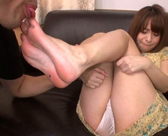 S級美少女の蒸れた素足の足裏や足指を舐めまくる足フェチ動画の脚フェチDVD画像5