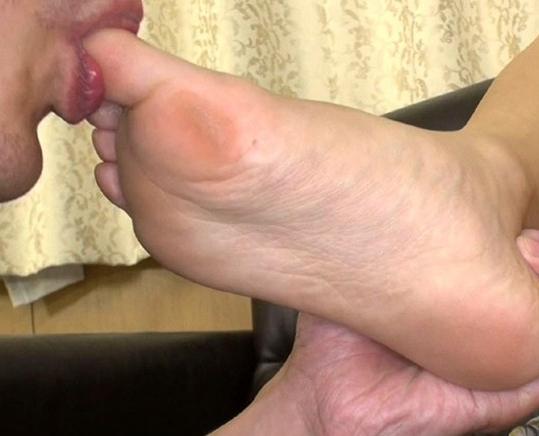 S級美少女の蒸れた素足の足裏や足指を舐めまくる足フェチ動画の脚フェチDVD画像2