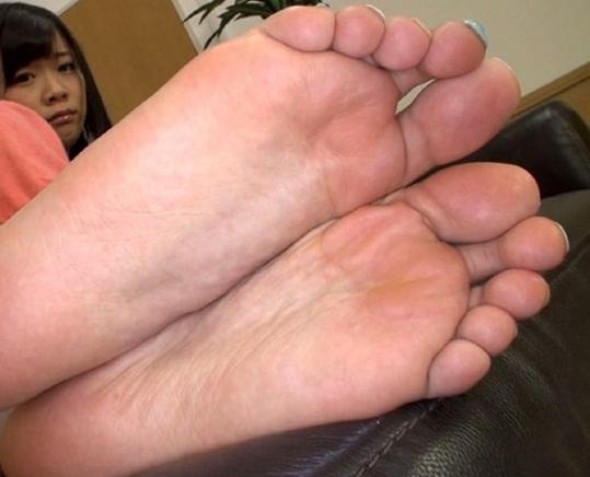 S級美少女の蒸れた素足の足裏や足指を舐めまくる足フェチ動画の脚フェチDVD画像1