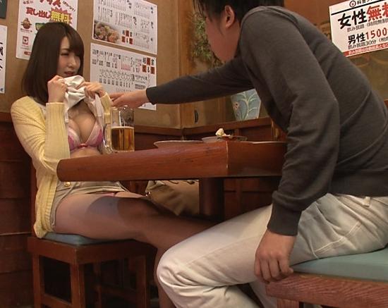 相席居酒屋で出会った女性に机の下から素足コキで責められるの脚フェチDVD画像1