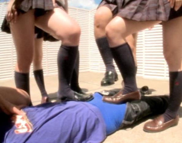 陰湿なドエス女子校生の臭いハイソックの匂い責めと足コキの脚フェチDVD画像5