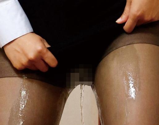 パンスト越しにお漏らしをした女教師とそのまま着衣SEXの脚フェチDVD画像1