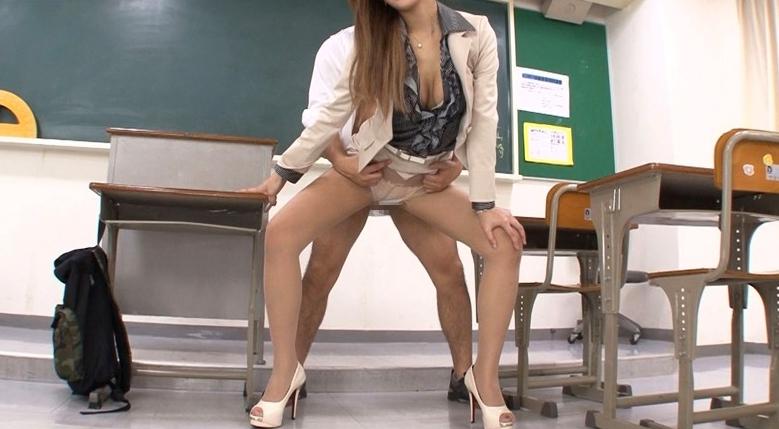 働く女の艶めかしい完全着衣ファック 若菜奈央の脚フェチDVD画像2