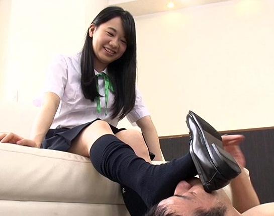 OLや女子校生たちの蒸れて臭い足裏を嗅ぎ続ける足フェチ動画の脚フェチDVD画像1