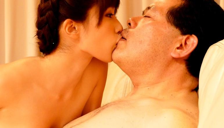 中年男性限定!小島みなみと濃厚ディープキスオフ会 10年以上ご無沙汰でキスに飢えたベロちゅうおじさん達と接吻天国の脚フェチDVD画像6