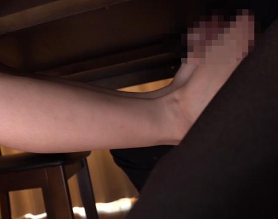 いやらしい痴女家庭教師が机の下から生足コキ抜きの脚フェチDVD画像2