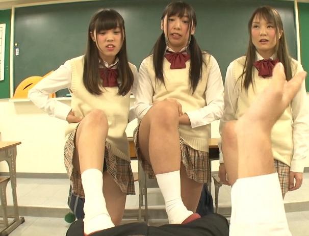 女子校生に強制センズリをさせられ上履き靴コキで責められるの脚フェチDVD画像4