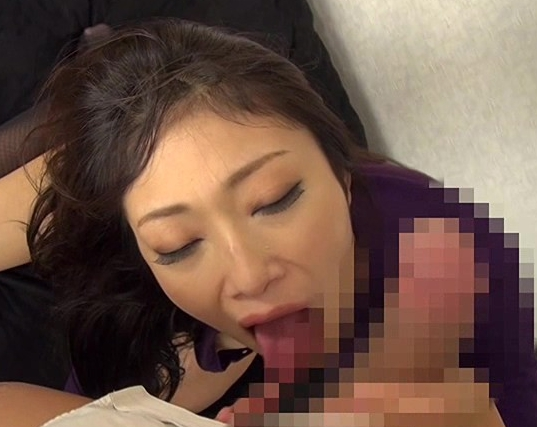 不貞な淫乱妻がマンズリしながら生足コキで男を誘惑の脚フェチDVD画像4