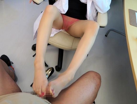 ペディキュアの爪先がエロい女医お姉さんのパンスト足コキの脚フェチDVD画像1