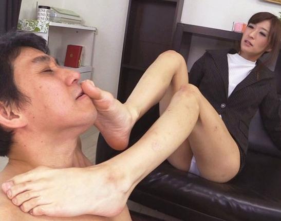 パンチラで男を誘惑するドスケベ痴女の生足コキ責めの脚フェチDVD画像4