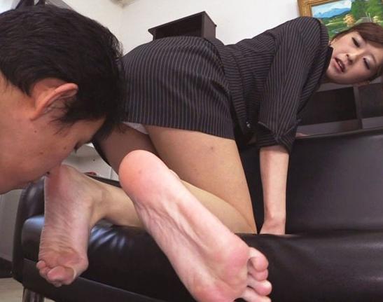パンチラで男を誘惑するドスケベ痴女の生足コキ責めの脚フェチDVD画像3