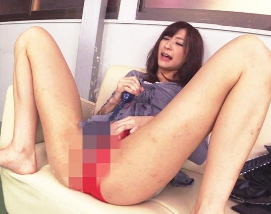パンチラで男を誘惑するドスケベ痴女の生足コキ責めの脚フェチDVD画像1