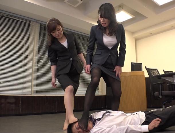 熟女OLの蒸れたパンストの股間や爪先で責められ素足コキ射精の脚フェチDVD画像1