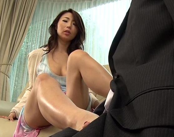 社長夫人に性奴隷として扱われ生足コキや強制SEXでイクの脚フェチDVD画像1