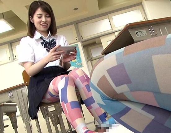 ドエス女子校生が柄タイツの足裏でチン踏みや足コキ抜きの脚フェチDVD画像6
