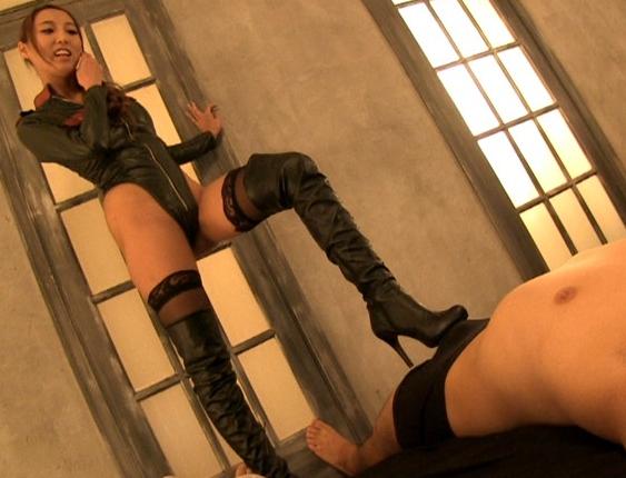 寸止め痴女のロングブーツで靴コキされたりパンスト足コキでイクの脚フェチDVD画像3