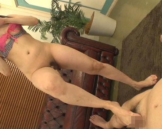 M男が大好きな痴女が素足コキで射精させ黄金水を飲ませるの脚フェチDVD画像3