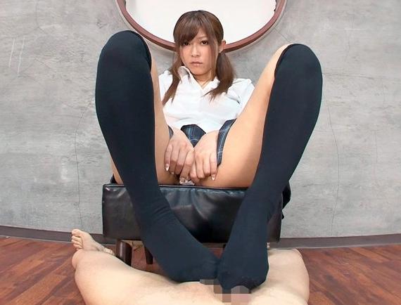 可愛い女子校生のニーハイソックスで足コキされ太腿コキでイク子の脚フェチDVD画像1