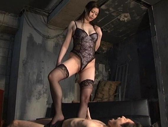 長身女王様がデカい素足の足裏でM男を足コキ責めの脚フェチDVD画像1