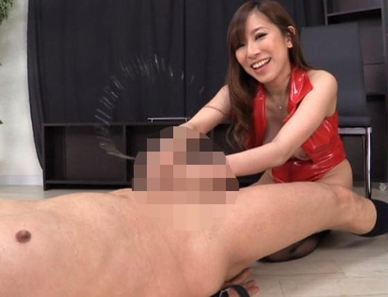 肉棒から潮吹きさせる痴女のガーターストッキング足コキの脚フェチDVD画像2