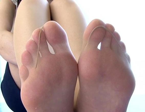 足裏フェチに必見!女の子たちの素足で無修正の足コキ動画の脚フェチDVD画像3